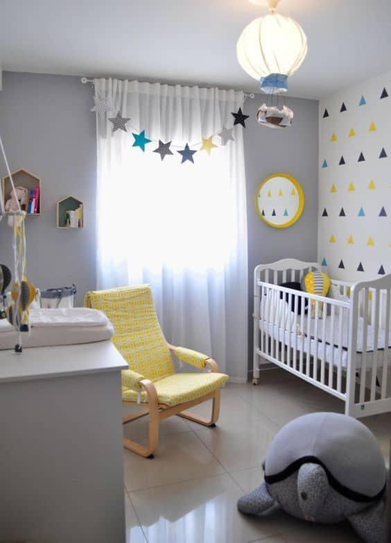 quarto de bebe com cadeira confortavel para amamentacao