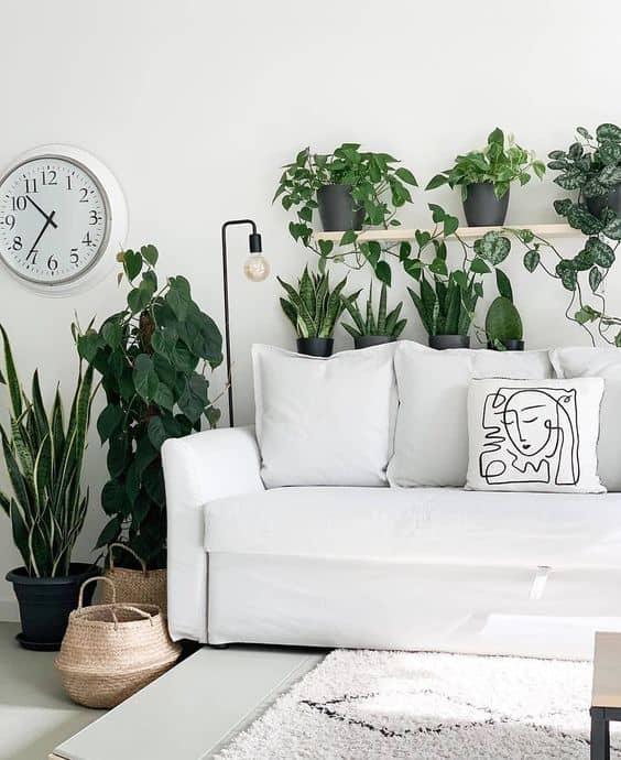 sala urban jungle com sofa branco