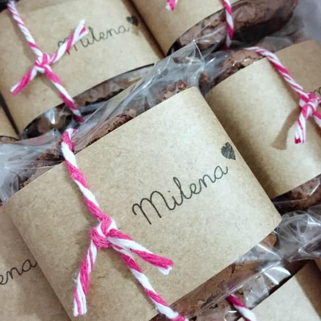 brownie decorado em papel kraft e personalizado para lembrancinha