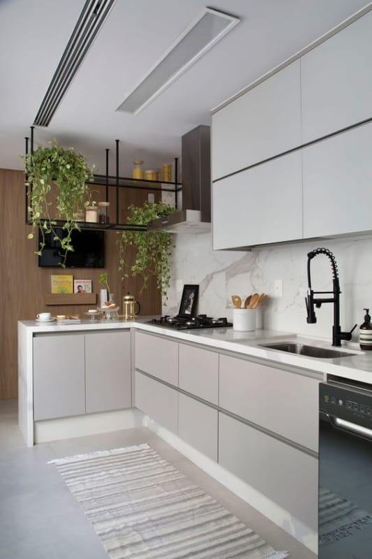 cozinha moderna com armarios em cinza claro
