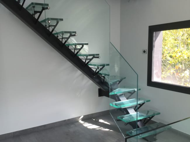 escada em L com degraus de vidro