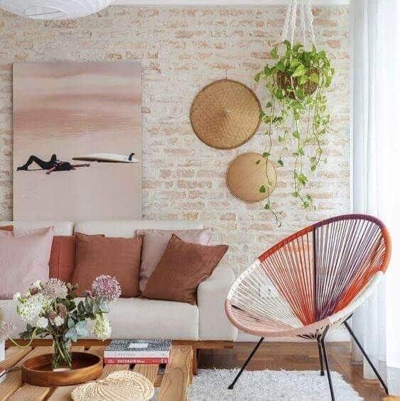 sala decorada com cadeira acapulco colorida