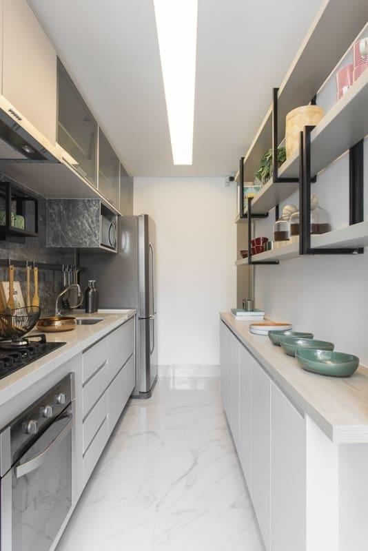 cozinha corredor em cinza claro