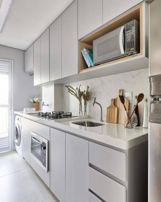 cozinha pequena e planejada com armarios em cinza claro