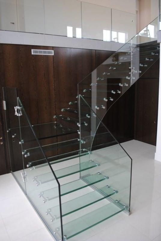 escada em L de vidro com guarda corpo