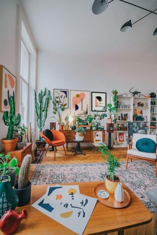 sala urban jungle com moveis vintage