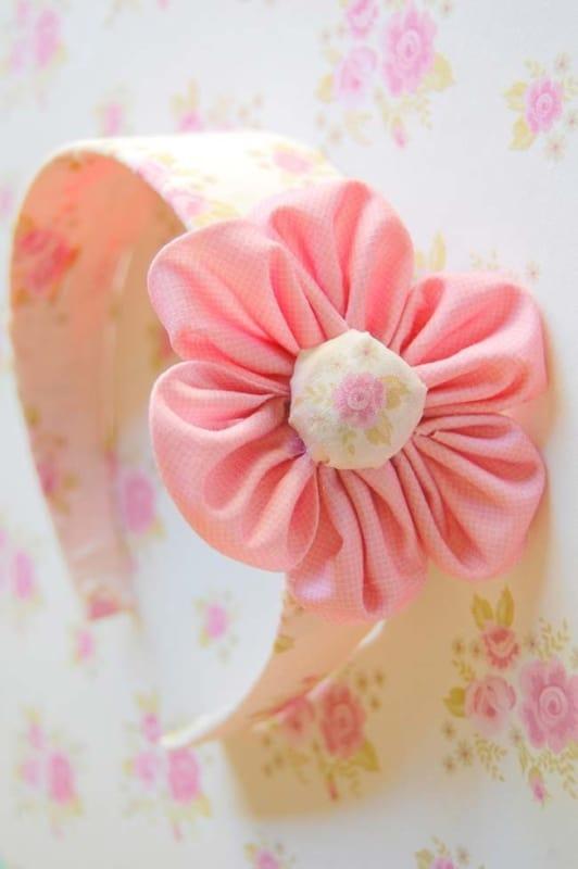 tiara decorada com flor de tecido
