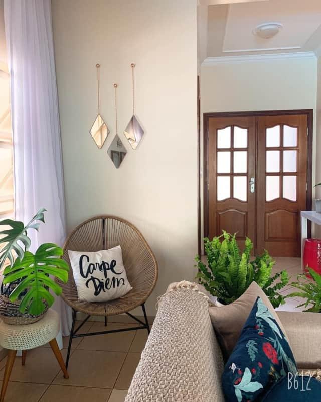 cantinho da sala com cadeira acapulco e almofada decorativa