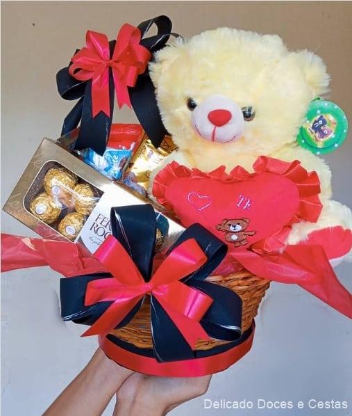 cesta de chocolate pequena com urso de pelucia