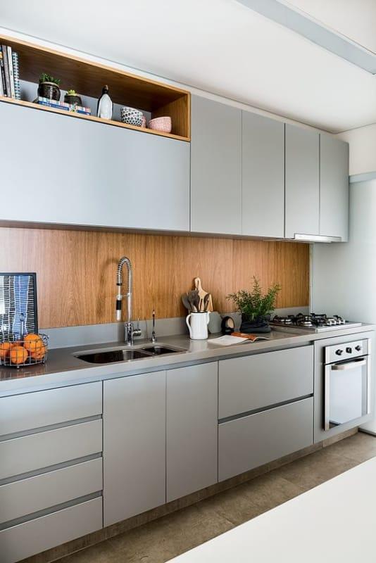 cozinha com armarios em cinza claro