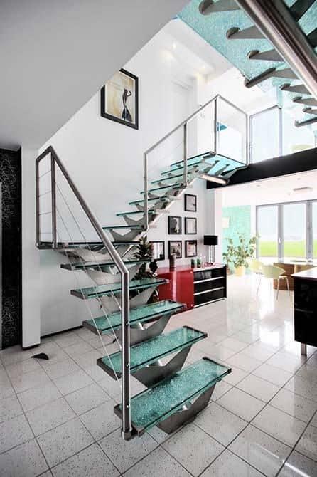 sala com escada de vidro em L