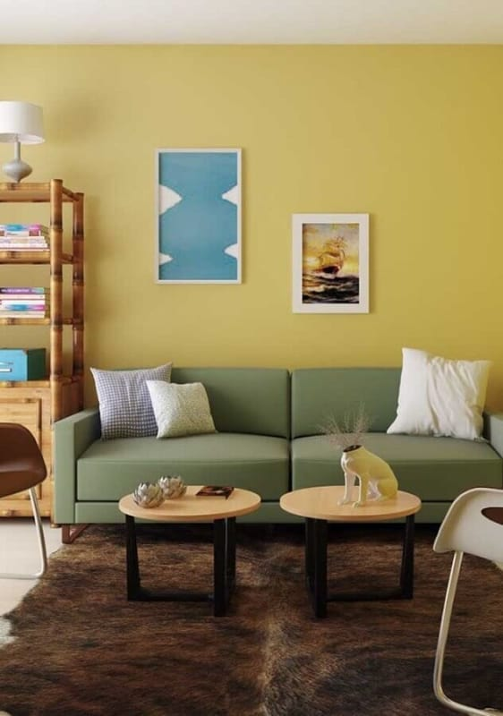 sala com sofa verde e parede em amarelo clro