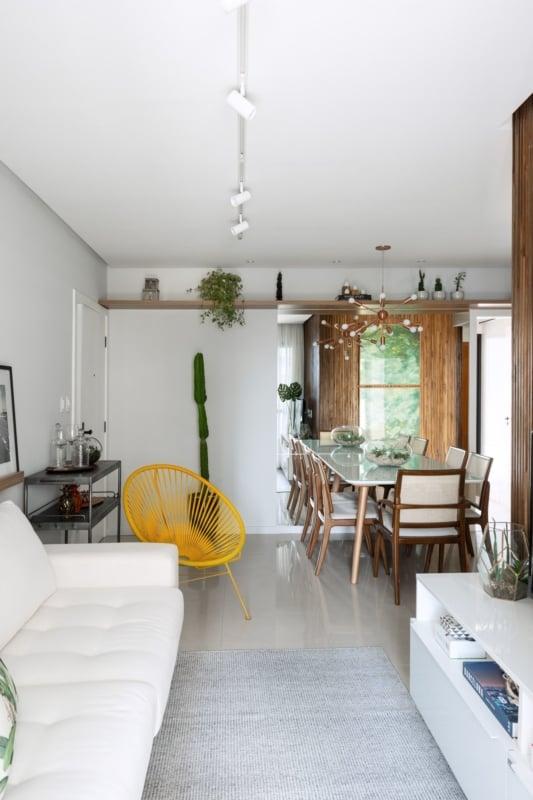 cadeira acapulco amarela em sala pequena