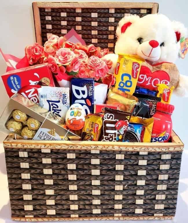 cesta grande de chocolates com flor e urso
