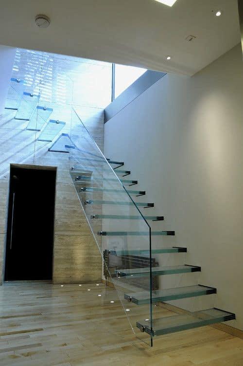 projeto moderno com escada de vidro em L