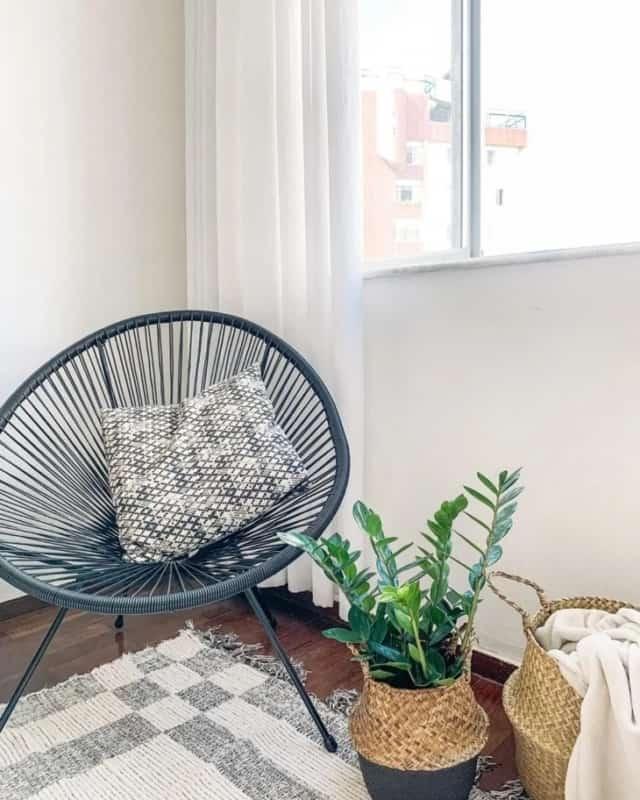 cantinho da sala decorado com cadeira acapulco