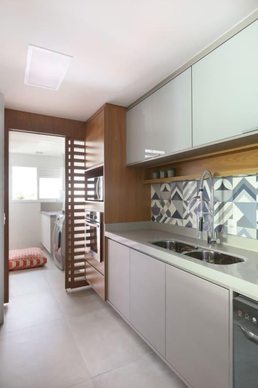 cozinha pequena em cinza claro