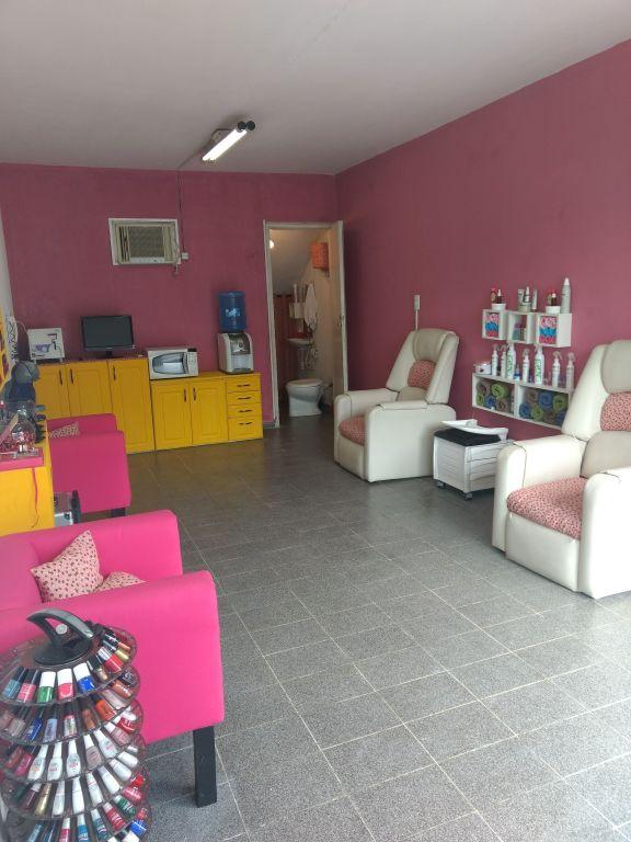 esmalteria simples com parede rosa
