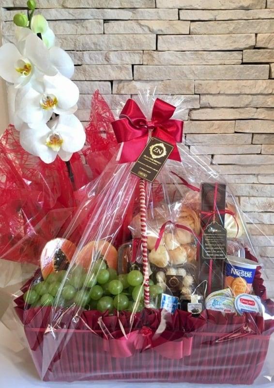 cesta de cafe da manha decorada com orquidea