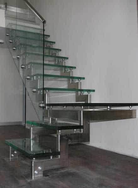 escada moderna em L com degrau de vidro