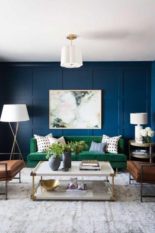 sala com sofa verde e parede azul