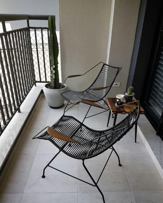 varanda com cadeira spaguete de cordinha