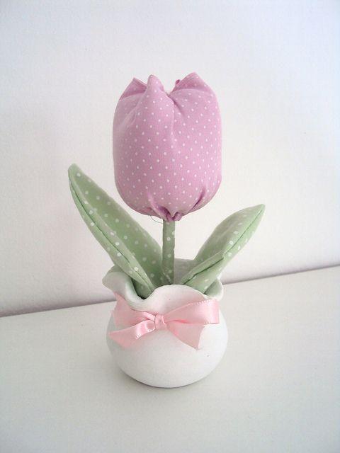 lembrancinha com tulipa em tecido