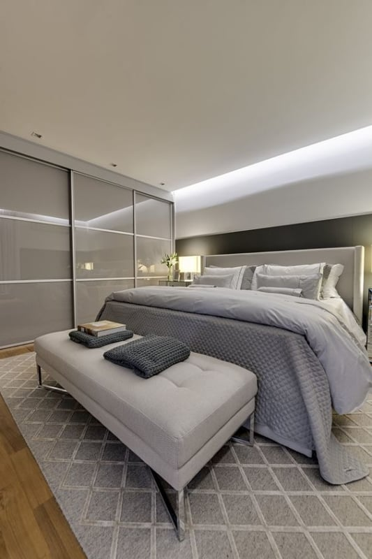 quarto de casal neutro com decoracao em cinza claro