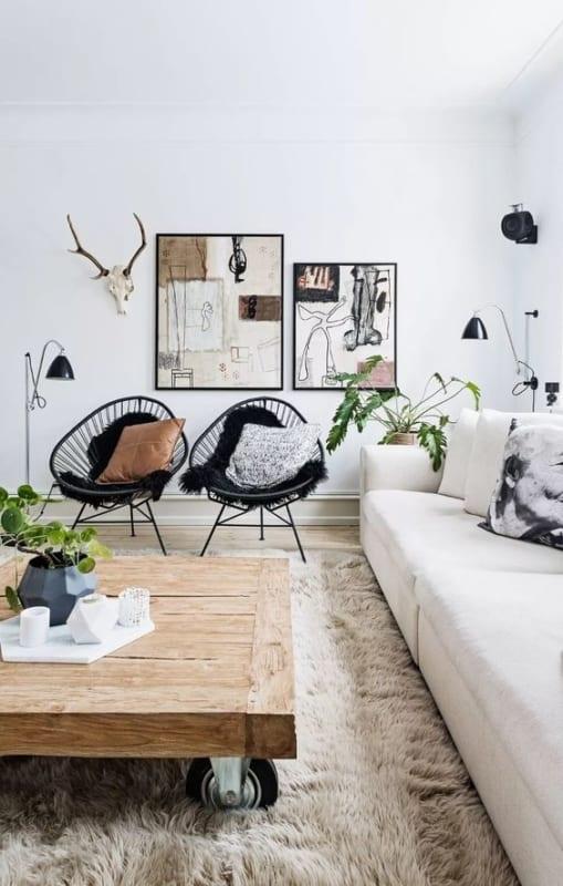 sala com sofa branco e cadeiras acapulco