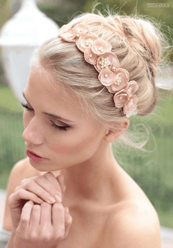 tiara feminina com flores pequenas de tecido