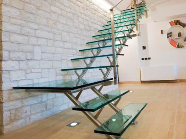 escada em L com degraus de vidro temperado