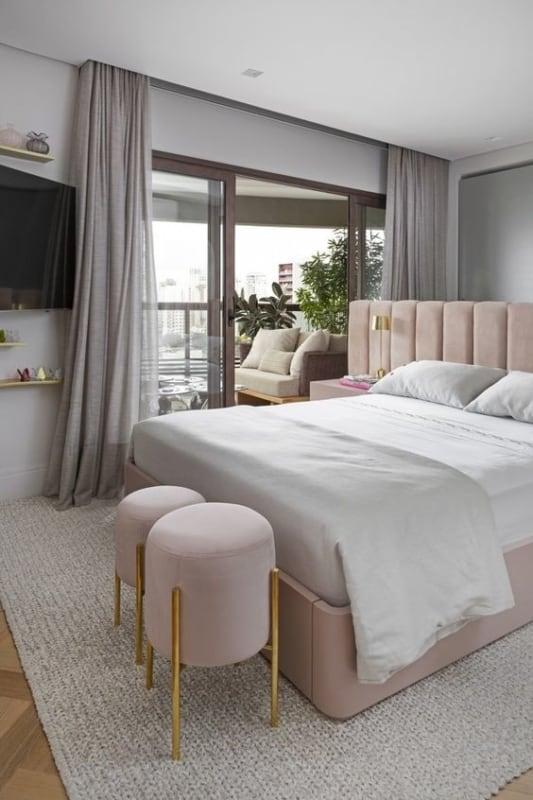 quarto com decoracao em rosa e cinza claro