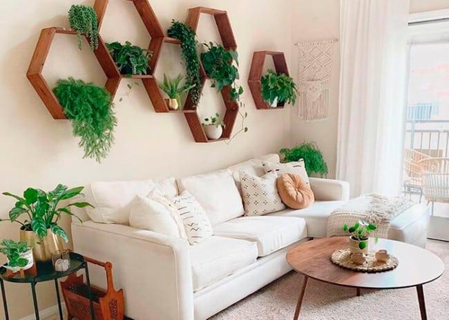 sala feng shui com sofa branco e plantas