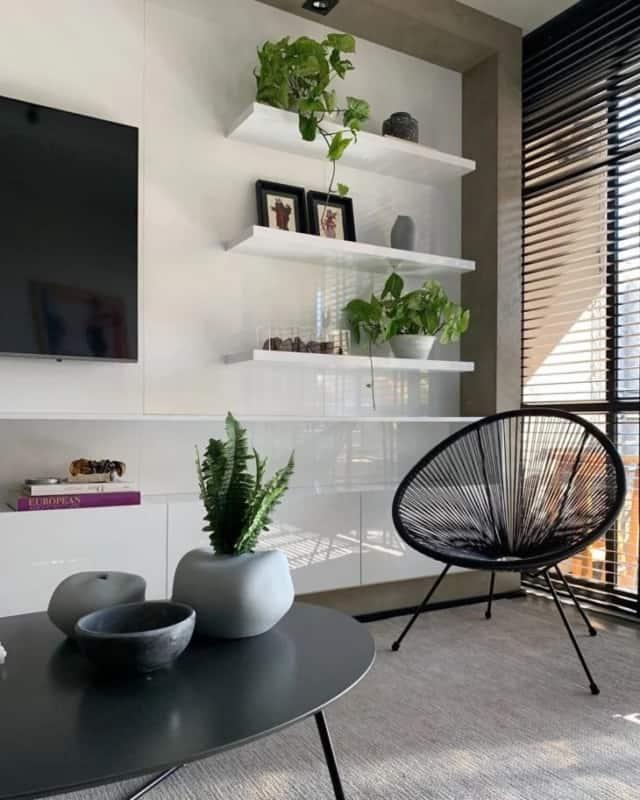 sala moderna com cadeira acapulco preta
