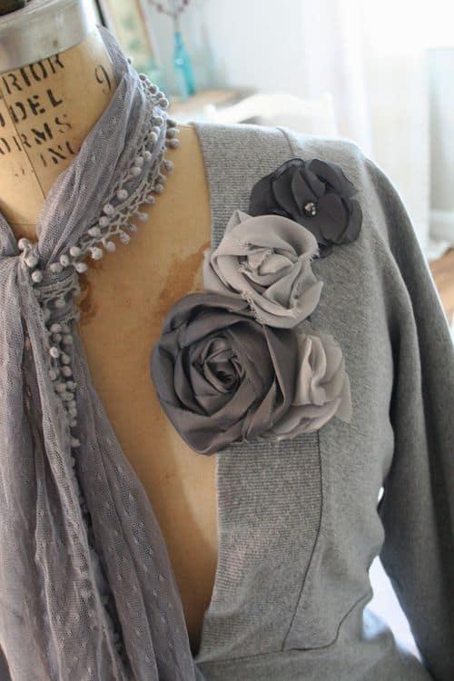blusa decorada com flores de tecido