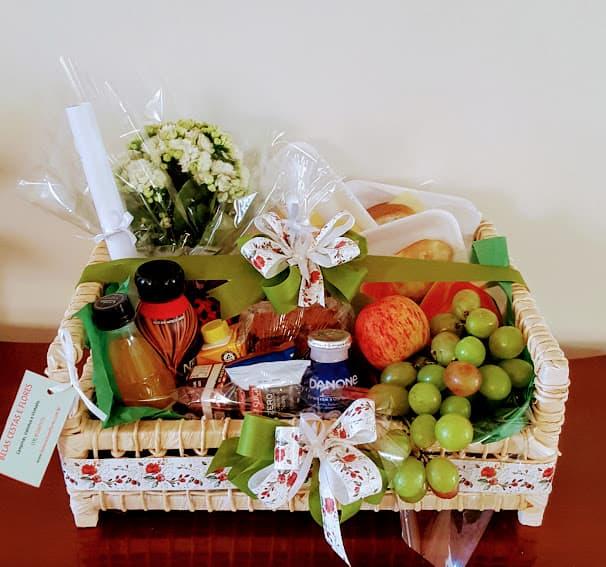cesta de cafe da manha grande e com flores