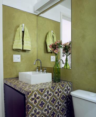 banheiro em verde e roxo
