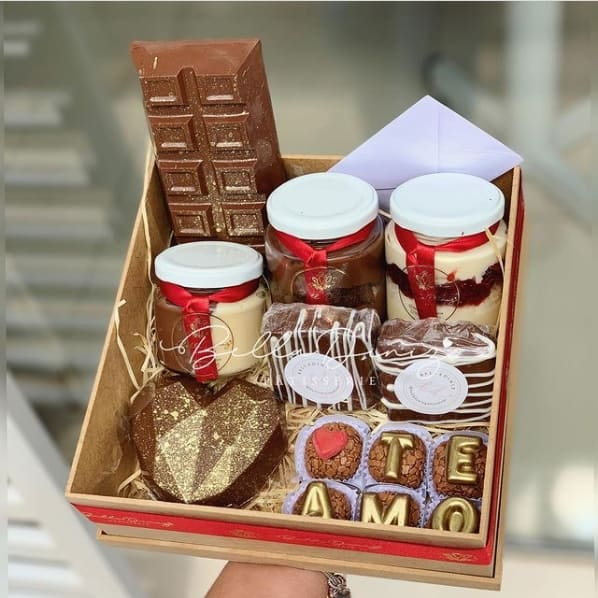 cesta com chocolates caseiros