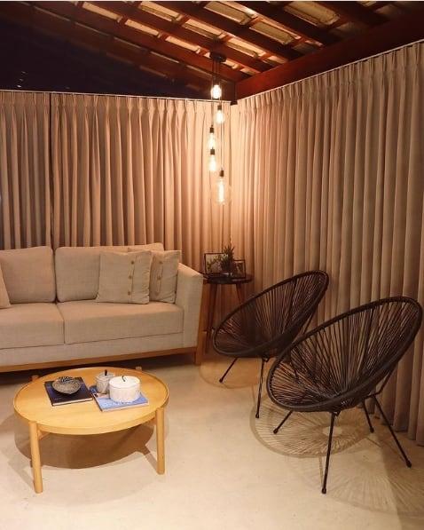 sala decorada com par de cadeiras acapulco