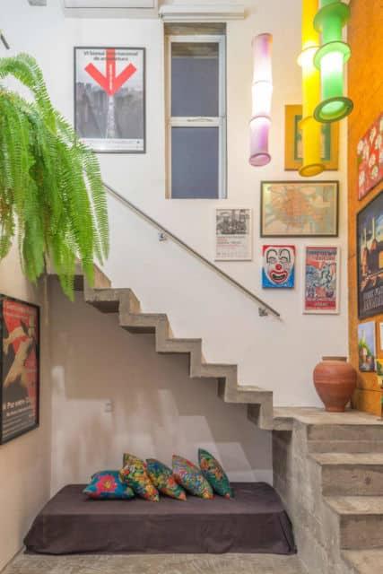 casa com escada em L de concreto