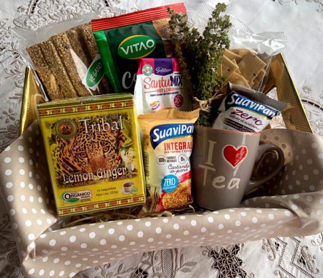 cesta de cafe da manha com produtos saudaveis