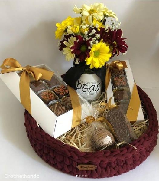 cesta de chocolate artesanal com flores