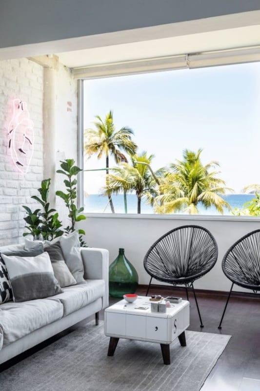 sala decorada com cadeiras acapulco pretas