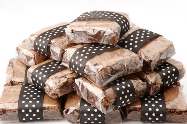 brownie embrulhado em papel celofane transparente
