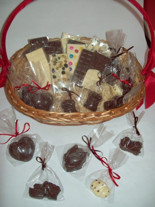cesta decorada e com chocolates caseiros