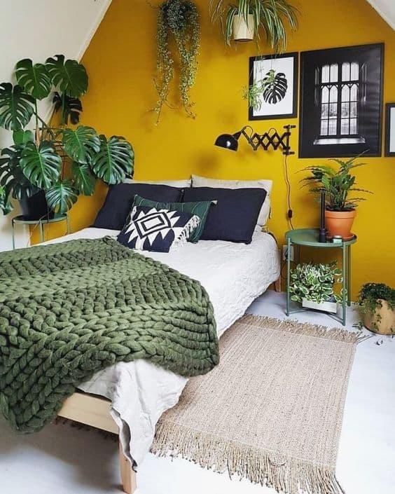 quarto com parede amarela e plantas