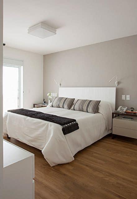 quarto de casal com parede em cinza claro