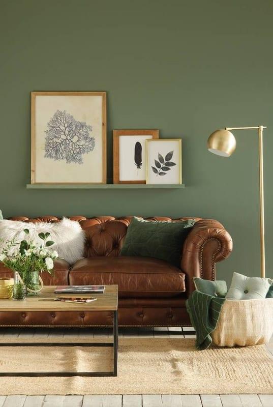 sala com parede verde e sofa marrom