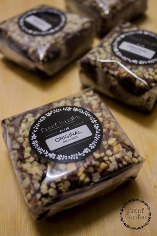brownie com embalagem de celofane e adesivo da marca
