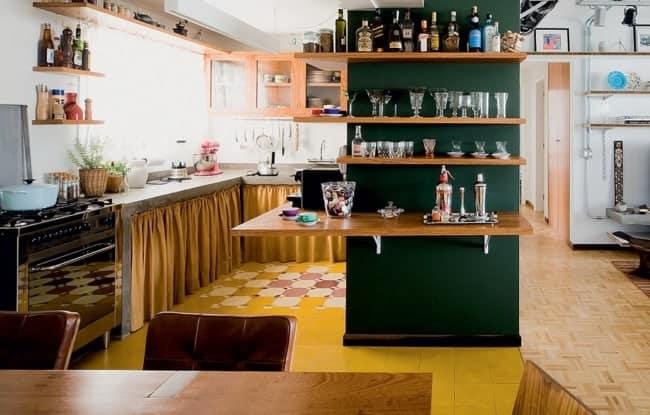 cozinha com parede verde escuro e detalhes em caramelo